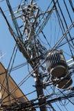 Puntal con los alambres eléctricos y el transformador imagen de archivo