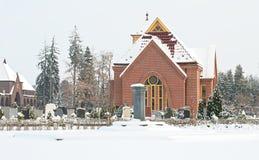 Puntal de piedra de la capilla delante de la iglesia fotos de archivo libres de regalías