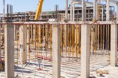 Puntal y refuerzo de los pilares en una nueva construcción imagen de archivo libre de regalías