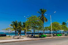 PUNTARENAS, COSTA RICA - 12 DE MAYO DE 2016: Gente en un parque de playa en Puntarenas, Costa Ri imagenes de archivo