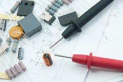 Puntas de prueba del multímetro para el condensador de la verificación. Imagen de archivo libre de regalías