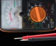 Puntas de prueba y metro del ` s del electricista imagenes de archivo