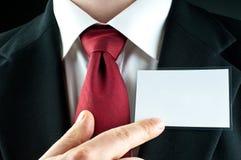 Puntas del hombre de negocios en nametag en blanco Fotos de archivo libres de regalías