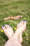 Puntas pintadas en la hierba Imágenes de archivo libres de regalías