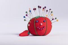 Puntaspilli rosso con il fronte smily su fondo bianco Fotografia Stock