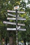 Puntatori alle città differenti del mondo a Danzica Polonia fotografia stock libera da diritti
