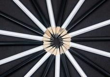 Punte affilate delle matite in bianco e nero in un cerchio Fotografia Stock