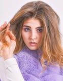 Punte che di cura di capelli di inverno dovreste seguire Concetto di cura di capelli Pelliccia della ragazza che posa con l'accon fotografie stock