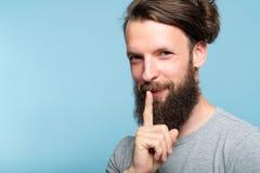 Punte confidenziali segrete sorridenti di affari dell'uomo compiaciuto immagini stock libere da diritti