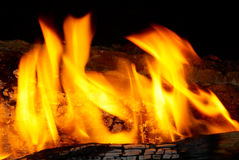 Punte della fiamma sulla legna da ardere. Immagine Stock