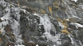 Punte di ghiaccio che pendono dalla montagna immagini stock libere da diritti