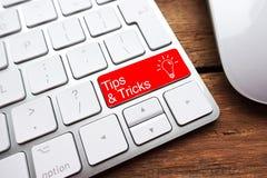 Punte e trucchi come le informazioni utili sulla tastiera di computer entrano nel bottone fotografia stock libera da diritti