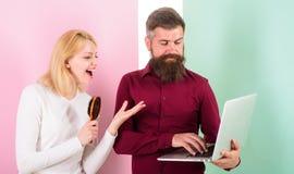 Punte professionali di consiglio del parrucchiere I capelli di spazzolatura della donna preparano per la trasformazione dei capel fotografie stock
