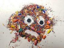 Punte rotte delle matite colorate trucioli Fronte aggrottante le sopracciglia, spaventato Fotografie Stock