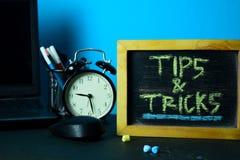 Punte & trucchi che progettano sul fondo della Tabella di funzionamento con gli articoli per ufficio immagine stock