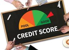 PUNTEGGIO di CREDITO (uomo d'affari Checking Credit Score online e Fina Fotografie Stock Libere da Diritti