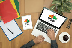 PUNTEGGIO di CREDITO (uomo d'affari Checking Credit Score online e Finan immagini stock