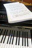 Punteggio musicale classico di Chopin con il piano ed il fondo Immagine Stock