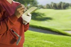 Punteggio senior di golf di scrittura della donna Fotografia Stock Libera da Diritti
