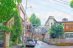 Puntelli del metallo in via storica di Tbilisi Immagini Stock Libere da Diritti