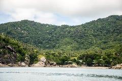 Puntelli la spiaggia della costa ed alloggia l'isola Tailandia di Koh Phangan della giungla Immagine Stock