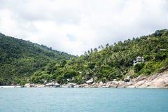 Puntelli la spiaggia della costa ed alloggia l'isola Tailandia di Koh Phangan della giungla Fotografia Stock