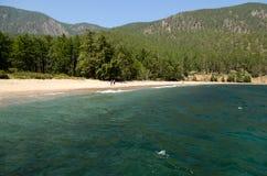 Puntello del lago Baikal Spiaggia sabbiosa della baia di Sukhaya Vista da acqua fotografie stock libere da diritti