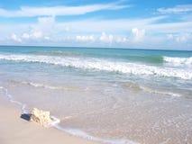 Puntello della spiaggia con la roccia Fotografia Stock