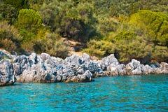 Puntello di mare roccioso e boscoso Fotografia Stock
