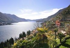 Puntello pieno di sole del lago Como, Italia Immagini Stock Libere da Diritti