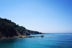 Puntello roccioso Costa del sud della Turchia Mare blu calmo e chiaro cielo Immagine Stock Libera da Diritti