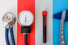 Punten en apparaten voor primaire medische diagnostiek: stethoscoop, sphygmomanometer, laboratoriumreageerbuis met bloedmonster e stock foto's