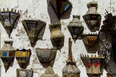 Punten van kleurrijke ijzerlampen voor verkoop in souq stock foto's