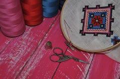 Punten voor borduurwerk: hoepel, stof, draad, schaar Stock Foto's