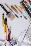 Punten voor de kunstacademie op een witte houten lijst stock afbeelding