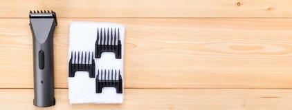 Punten voor een korte haarklem, op een houten achtergrond, en een witte handdoek royalty-vrije stock fotografie