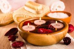 Punten voor kuuroordbehandelingen Kaarsen en geurige droge bloemen in water, overzees zout, borstel, handdoeken en haarborstel royalty-vrije stock foto