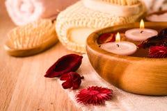 Punten voor kuuroordbehandelingen Kaarsen en geurige droge bloemen in water, overzees zout, borstel, handdoeken en haarborstel royalty-vrije stock afbeeldingen