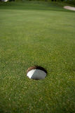 Puntería del agujero del golf imagen de archivo