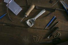 Punteruolo e ruspa spianatrice per i bordi di discesa di cuoio e di molti altri strumenti Fotografia Stock