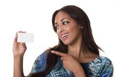 Punti attraenti della donna ad un biglietto da visita in bianco. Fotografie Stock Libere da Diritti