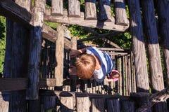Punti del bambino sulla scala di legno Fotografia Stock