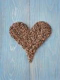 Punti del cacao a forma di nel simbolo del cuore Fotografia Stock