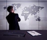 Punti del disegno dell'uomo d'affari sulla mappa di mondo Immagine Stock Libera da Diritti