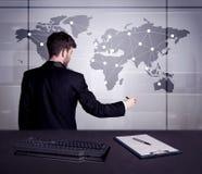 Punti del disegno dell'uomo d'affari sulla mappa di mondo Immagini Stock Libere da Diritti