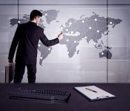 Punti del disegno dell'uomo d'affari sulla mappa di mondo Immagine Stock