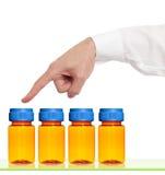 Punti del dito per svuotare le bottiglie della medicina Fotografia Stock Libera da Diritti