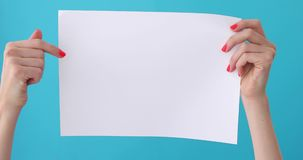 Punti del dito sul foglio bianco di carta in mano femminile archivi video