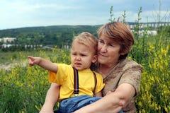 Punti del nipote dalla barretta alla nonna Fotografia Stock
