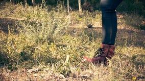 Punti del piede di una viandante femminile in una foresta stock footage